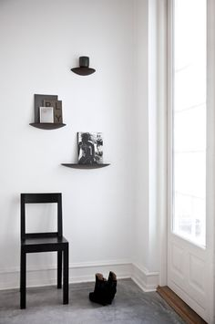 Gridy Fungi Hylla - Menu - Dennys Home Hallway Inspiration, Interior Inspiration, Interior Styling, Interior Decorating, Interior Design, Storage Shelves, Shelving, Herringbone Wooden Floors, Black Wall Shelves