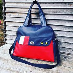 la_parzycherie Quand les futurs parents sont visiblement fans de l'Equipe de France de Football, ça donne un sac à langer aux couleurs des Bleus! 2 poches plaquées et deux poches elastiquées extérieures, une grande poche zippée et deux poches elastiquées à l'intérieur pour un maximum de rangement Un boogie, modèle de @patrons_sacotin en simili cuir et coton. La mercerie vient de chez @lamerceriedescreateurs et le tissu de chez @mapetitemercerie #laparzycherie #couture #accessoires
