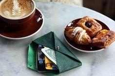 Étui en cuir façon enveloppe pour téléphone  http://www.mygsm.fr/diy-creer-vous-meme-votre-etui-pour-smartphone/