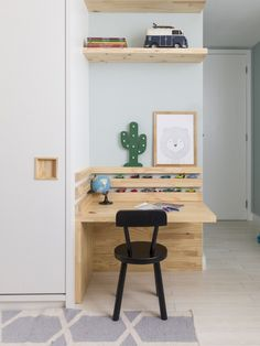 Modern DIY computer desk ideas, small home office gaming organization Diy Pallet Furniture, Retro Furniture, Sofa Furniture, Kids Furniture, Furniture Stores, Furniture Market, Luxury Furniture, Palette Deco, Diy Computer Desk