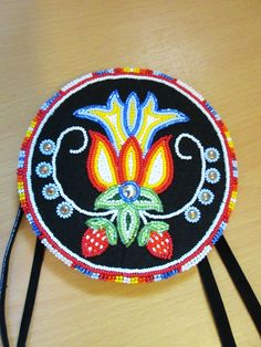 Beaded strawberry medallion Powwow Beadwork, Native Beadwork, Native American Beadwork, Loom Patterns, Beading Patterns, Beaded Purses, Beaded Jewelry, Bead Sewing, Nativity Crafts