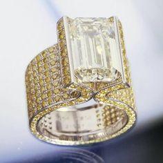 Chopard - fancy cut diamond surrounded by pavé canary diamond High Jewelry, Jewelry Accessories, Jewelry Design, Diamond Rings, Diamond Jewelry, Canary Diamond, The Bling Ring, Bling Bling, Ring Set