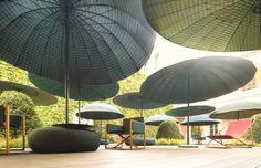 Paola Lenti | Bistrò, parasole richiudibile disponibile in una versione piatta e in una versione a cupola. E in diverse tonalità