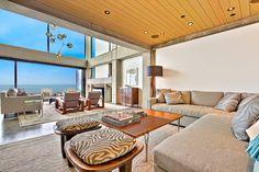 Le séjour est divisé en une partie living room donnant sur la mer et un salon de télé
