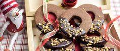 Schokoladenplätzchen zum Ausstechen mit leckerem Lebkuchengewürz, Schokoladenglasur und gerösteten Haselnüssen. Ein einfaches und gelingsicheres Rezept.