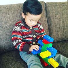 レゴのクリスマスツリーを作ったのですが、息子に渡したところ、あっという間に改造されてしまいました。  空を飛ぶらしいです。  #daksクリスマスジャンパーデー   #子どもニット  @daksjapan   #daks #ダックス #フェアアイル   #レゴ
