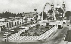 """La plaza con el Paseo Cívico y el Arco, hacia los años 70.   Coordenadas: 18° 0'48.96""""S 70°15'2.40""""W   Ya he hablado antes de los puntos ..."""