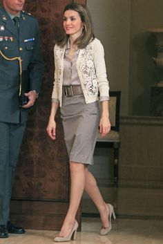 Neutral tones - Princess Letizia of Spain - summer looks - Office Outfits Office Fashion, Work Fashion, Fashion Outfits, Womens Fashion, Fashion Trends, Office Outfits, Office Wear, Queen Letizia, Pink Beige
