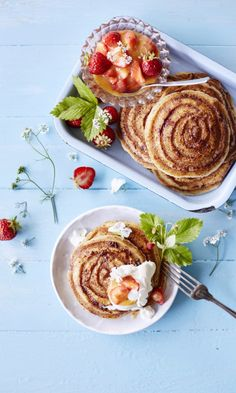Korvapuustipannareiden juju on pintaan pursotetut kaneli-sokerispiraalit. Food Crush, Joko, What's For Breakfast, Sweet And Salty, Something Sweet, Food Inspiration, Waffles, Sweet Treats, Brunch