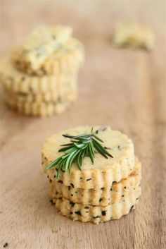 olive cheese sablés: 200 grams plain flour 1 cup grated parmesan cheese cup finely chopped pitted black olives Black pepper 150 grams unsalted butter Fresh rosemary and rock salt to garnish Savoury Biscuits, Savoury Baking, Parmesan, Baking Recipes, Cookie Recipes, Shortbread Recipes, Tapas, Marinated Olives, Homemade Crackers