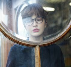 Body warped through old glass/big magnifying lens Foto Portrait, Portrait Photography, Photography Ideas, Ravenclaw, Daphne Blake, Velma Dinkley, Girls With Glasses, Nice Glasses, A Series Of Unfortunate Events