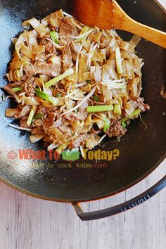 BEEF CHOW FUN / CANTONESE-STYLE STIR-FRIED RICE NOODLES WITH BEEF | WHAT TO COOK TODAY?