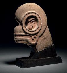 HACHA Culture Maya, Guatemala Classique récent, 550 à 950 après J.-C. H. 22,5 cm - L. 18,5 cm Pierre volcanique. Hacha en pierre volcanique gris foncé avec restes importants de cinabre.