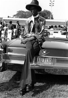 A young fashionably dressed African American man leans on the trunk. Black Like Me, Black And White, Black Men, Mode Old School, African American Fashion, Light Scarves, Vintage Black Glamour, Black History Facts, Cotton Club