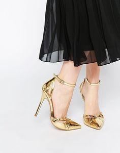 Cuando tengas una cita con tu flamante cónyuge, estarás para el infarto con estos tacos que parecen de oro macizo. | 19 zapatos de boda no tradicionales que también puedes usar después