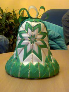 Vánoční zvoneček Vánoční zvoneček,velikost 12 cm, tvořen patchworkovou metodou.