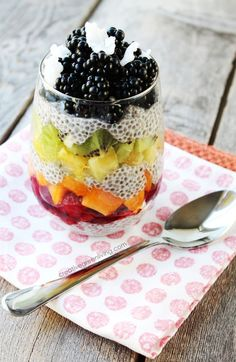 Layered Rainbow Chia Pudding This is the ultimate chia pudding recipe. It used coconut milk, chia seeds, maple syrup and vanilla to make a delicious dessert that's healthy enough to eat for breakfast! Fruit Recipes, Whole Food Recipes, Dessert Recipes, Healthy Recipes, Healthy Food, Healthy Lunches, Healthy Eating, Köstliche Desserts, Gastronomia