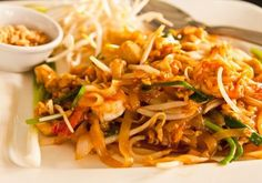 Pad Thai - Lav thai mad – Vi elsker at lave thai mad hjemme hos os Recipes With Soy Sauce, Thai Recipes, Asian Recipes, Dinner Recipes, Chop Suey, Food Out, Good Food, Brie, Pizza Snacks