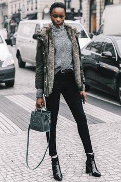 Look de balada com sobreposição turtleneck + tricot + casaco e calça preta
