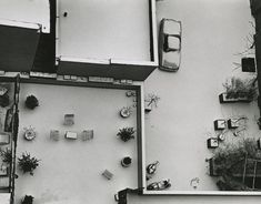 'Callejón sin salida McDougal', Nueva York, 1965. Cuando se retiró de la fotografía, a Kertész le gustaba tomar instantáneas desde la ventana de su apartamento con teleobjetivos para jugar con las perspectivas.