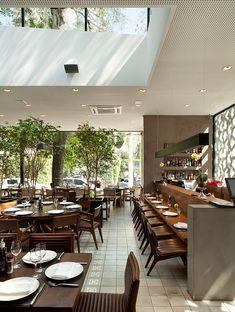 Restaurante Manish, São Paulo - A iluminação natural é reforçada por uma claraboia no centro do salão e por um painel lateral de vidro. ______________________________  Manish restaurant, São Paulo, Brazil #restaurant #architecture