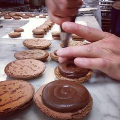 A várva várt macaron recept No Bake Desserts, Dessert Recipes, Cookie Cups, Meals For One, Diy Food, Cake Cookies, Macarons, Nutella, Food And Drink