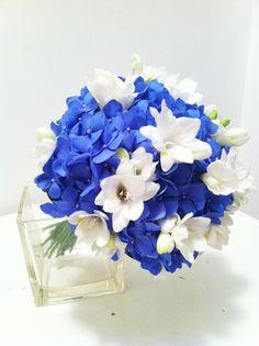 Buchet de mireasa / nasa din hortensie albastra si frezii albe