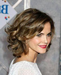 corte de pelo a capas, mujer con pelo rizado estilo bob con flequillo ladeado