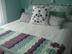 Crocheted edge to knit blanket inspiration Crochet Home, Crochet Yarn, Crochet Organizer, Crochet Blocks, Bed Runner, Crochet Pillow, Knitted Blankets, Bed Blankets, Chrochet
