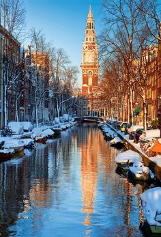 Oude Zijde  El canal Groenburgwal se adentra en la Parte Vieja, surgida en el siglo XV. Desde la torre de la Zuiderkerk, (1611), se abarca todo el barrio.AMSTERDAM