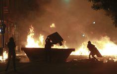 Varios encapuchados montan una barricada con fuego el barrio de Sants, en Barcelona, tras una manifestación contra el desalojo y el comienzo...