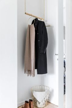 Small entrance with clever solution - Dekoration Ideen 2019 Small Hallway Decorating, Small Apartment Decorating, Apartment Ideas, Small Entryways, Small Hallways, Small Entrance Halls, Hallway Flooring, Hallway Inspiration, Turbulence Deco