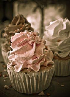 one beautiful cupcake today ♫ La-la-la Bonne vie ♪