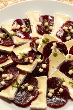 Rote Bete-Géramont-Carpaccio Recipe for our delicious beetroot carpaccio. Great Recipes, Healthy Recipes, Clean Eating Recipes For Dinner, Catering Food, Catering Recipes, Snacks Für Party, Food Platters, Food Humor, C'est Bon