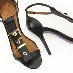 Não adianta, amamos combinações poderosas como essa! Compre essa sandália…