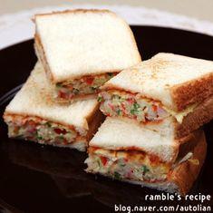 간단한 샌드위치 만들기 예쁘고 맛있게 간단한 아침메뉴, 점심메뉴, 저녁메뉴 물론 간식메뉴로 아주 좋은 샌드위치를 소개합니다.포기할 수 없는 카페스타일 예쁘고 맛있는 오믈렛 샌드위치에요.만들기 정말 간단한 샌드위치로 식빵 살짝 굽고 오믈렛 만들어 넣어주면 끝!정말 쉬우니까요 언제든 출출할때 끼니, 간식으로 맛있게 즐겨보세요. ^^ 주말 오전 브런치도 좋을 오... Cooking With Kids, Korean Food, Food Design, Street Food, Asian Recipes, Meal Prep, Sandwiches, Bakery, Easy Meals