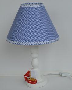Abajur estilo náutico, cupula em tecido xadrez Azul e branco. Pé em madeira pintado de branco. Veleiro em madeira e tecido. Diametro da cupula 25 cm.  Pode ser feito sob encomenda em outras cores a combinar.