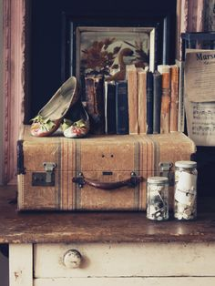 The Cottage Market: Take Vintage Vignettes Part 2 vintage suitcase Vintage Suitcases, Vintage Luggage, Vintage Vignettes, Vintage Antiques, Vintage Love, Vintage Photos, Vintage Stuff, Vintage Books, Old Luggage