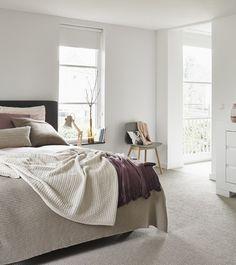 Fijne witte slaapkamer met subtiele kleuraccenten #licht #slaapkamer #roze #hay #aac #grijs #stoel