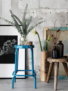 De nya vaserna BEGÄRLIG och ÅTGÅNG har båda släktskap med gamla stiliga apoteksflaskor och burkar, och passar fint till blommor och kvistar. RÅSKOG barpall, bild FJÄLLSTA, MARIETORP ram, VINTER 2015 band.
