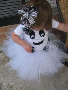 Toddler Girl Ghost Costume with Tutu and Bow.thinking about making this for aubrey's halloween costume Halloween Meninas, Halloween Kostüm, Holidays Halloween, Halloween Decorations, Halloween Clothes, Christmas Decorations, Jessie Halloween, Vintage Halloween, Halloween Makeup