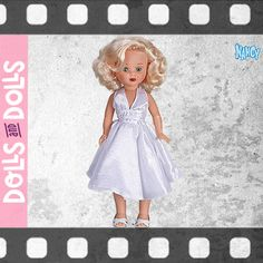 #Nancy Divas al estilo #MarilynMonroe nos sorprende por su media melena rubia con ondas retro muy al estilo hollywoodiense de los años 40 y 50. Incluye un práctico monedero de cierre metálico. 💎 ¡Es todo glamour! 💎 Es una #EdiciónLimitada, numerada y con certificado de autenticidad.  #Dolls #Famosa #NancyColección #DollsMadeInSpain #Bonecas #Poupées #Bambole