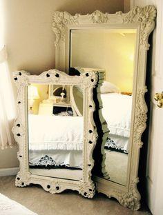 De jolis miroirs vintage pour agrandir la pièce et donner un effet romantique... Un peu magique !