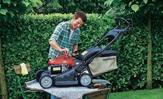 Bevor Sie Ihren Rasenmäher einwintern, sollten Sie dem Gerät noch etwas Wartung und Pflege gönnen. Der Zeitaufwand lohnt sich: Der Mäher startet im nächsten Frühling problemlos und erspart Ihnen viel Ärger und Schweiß.