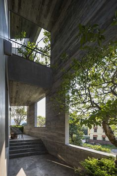 With its House for Trees series, Vo Trong Nghia Architects has embarked on a mission to reintroduce greenery to inner-city Vietnam. Ha Long Villa is the latest home in the series and features trees jutting out of a concrete exterior. Concrete Facade, Concrete Architecture, Exposed Concrete, Art And Architecture, Sustainable Architecture, Villa Design, House Design, Ha Long, Patio Interior