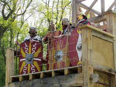 """Römische Legionäre """"bewachen"""" die Holz-Erde-Mauer im Römerpark Bergkamen."""