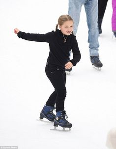 Harper Beckham, 6, takes a tumble on the skating rink | Daily Mail Online