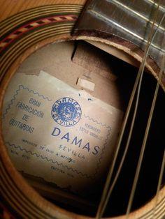 """Etiqueta de Damas que garantiza el """"estilo andaluz"""". Oculta la del verdadero constructor, cuya identidad es un misterio."""