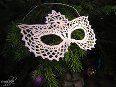 Crocheted Mask -- picture it in bright multicolred thread for Mardi Gras!