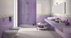 Este es el cuadro de baño de la primera planta.  Es de color violeta (como el dormitorio). A la izquierda se encuentra el WC y el bidé, a la derecha hay un espejo muy grande, el lavamanos y un estante donde ponemos los productos cosméticos que utilizamos para nos maquillar. En frente hay una ducha muy grande.